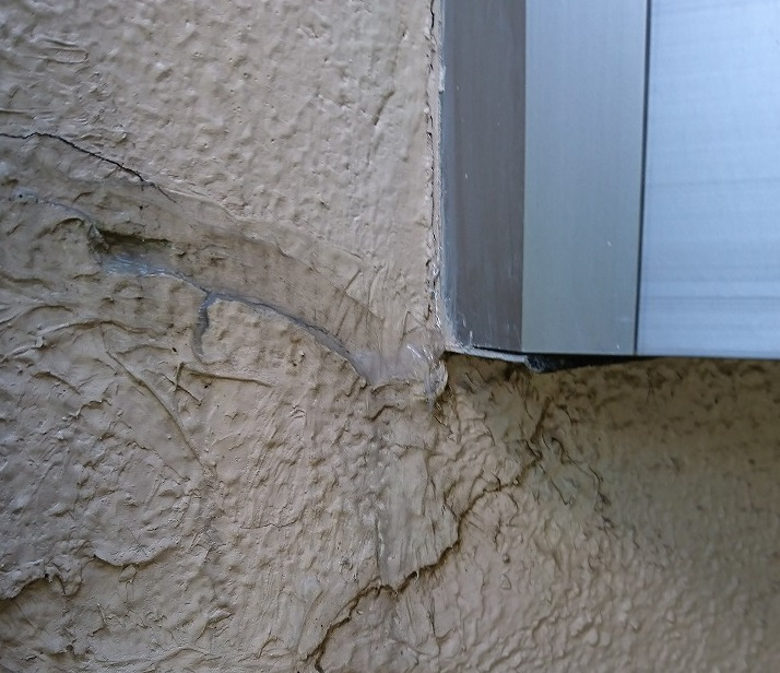 外壁のひび割れから雨漏りするか写真で確認