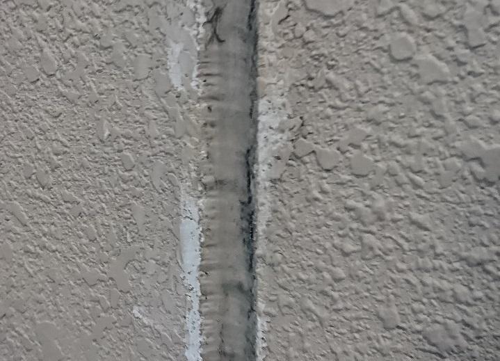 外壁のコーキング寿命:ひび割れなど劣化確認と補修費用