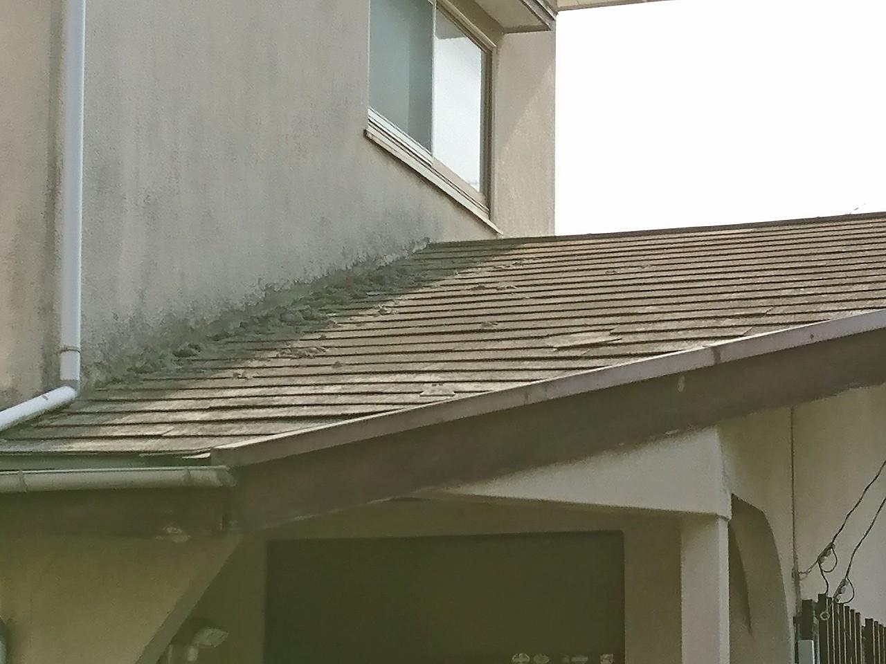 劣化して崩れた外壁とスレート屋根