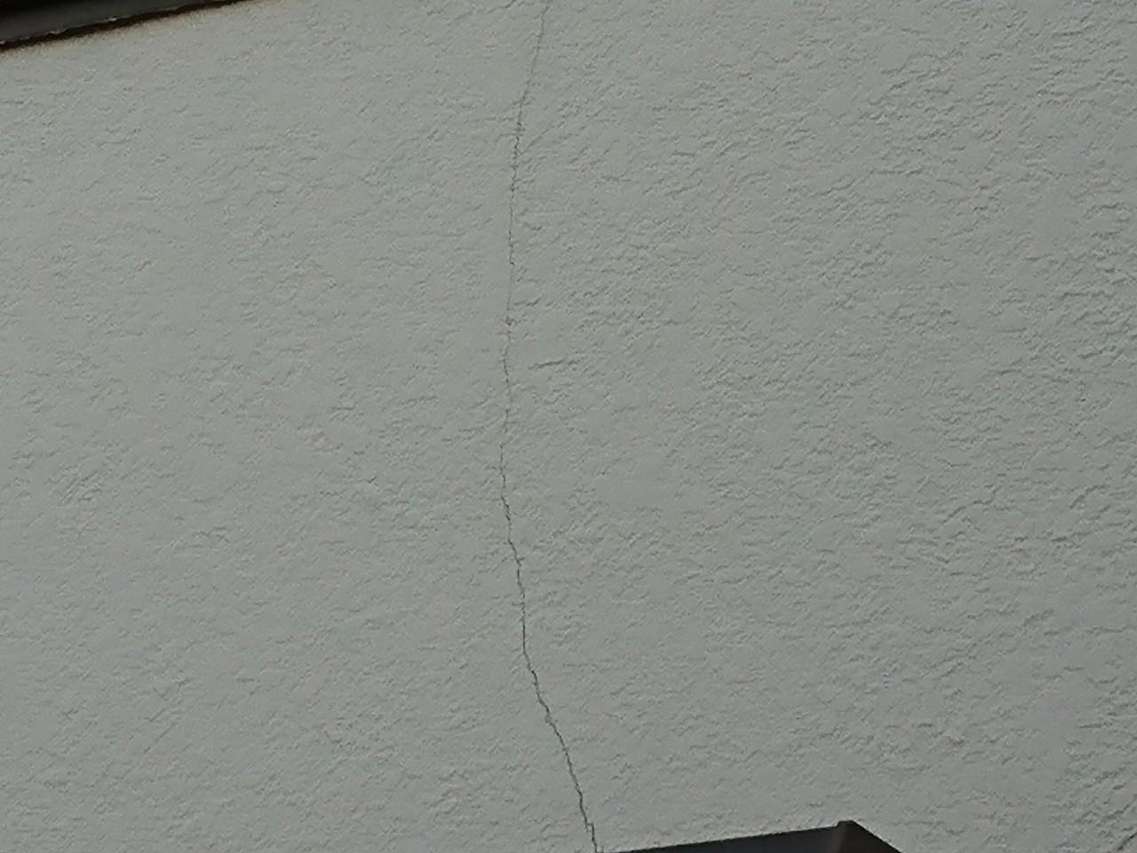 亀裂が入ったモルタル壁