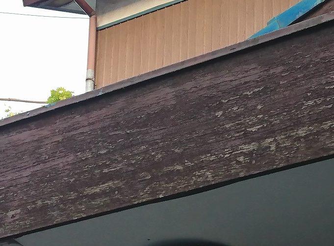 塗装がはがれた木材破風板