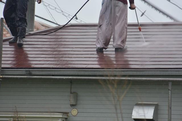 屋根に高圧洗浄をする業者